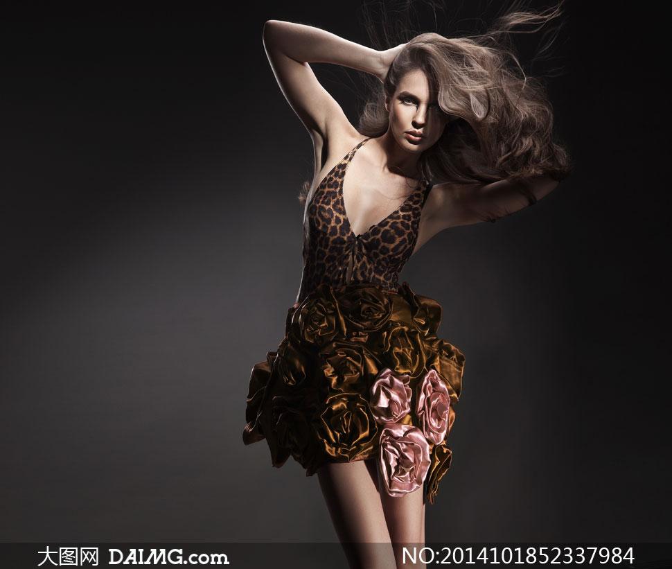 穿着豹纹吊带裙的美女摄影高清图片