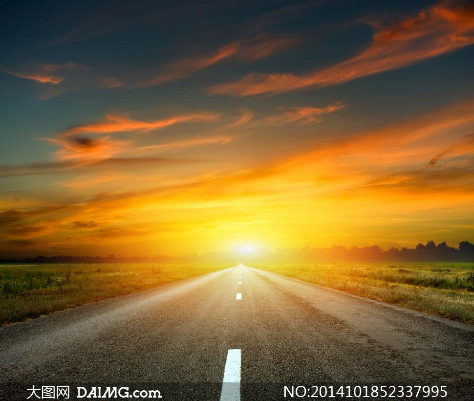 天空云彩公路草地风景摄影高清图片