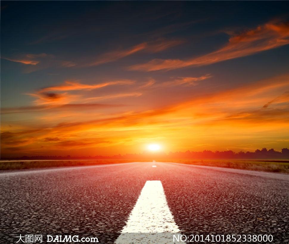 关键词: 高清摄影大图图片素材自然风景风光天空云彩云层多云阳光道路