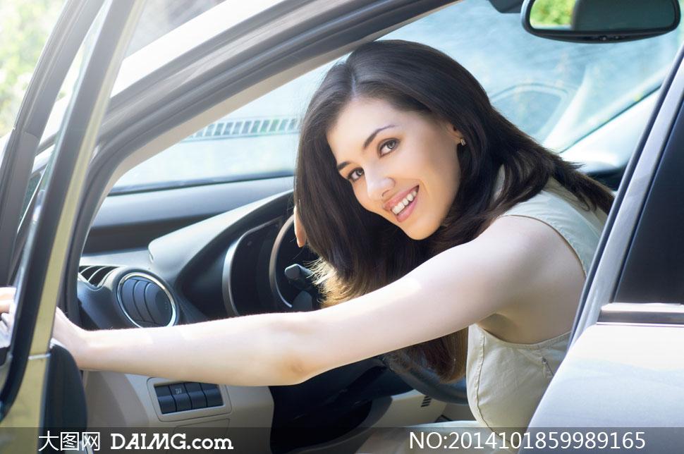 推开车门的无袖装美女摄影高清图片
