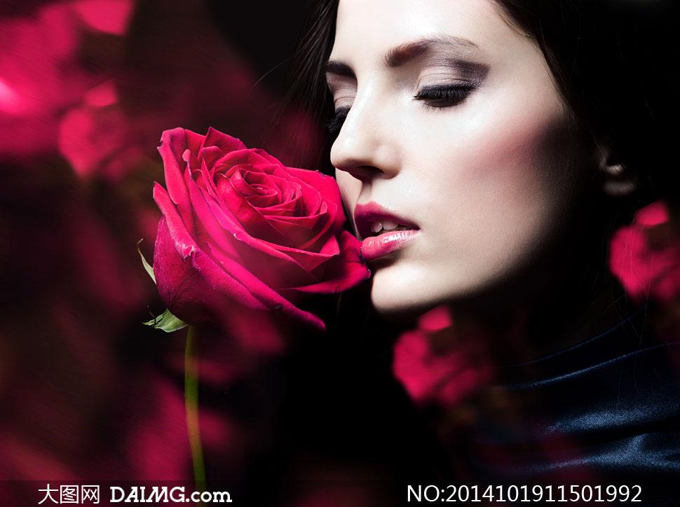 手拿着红玫瑰花的美女摄影高清图片
