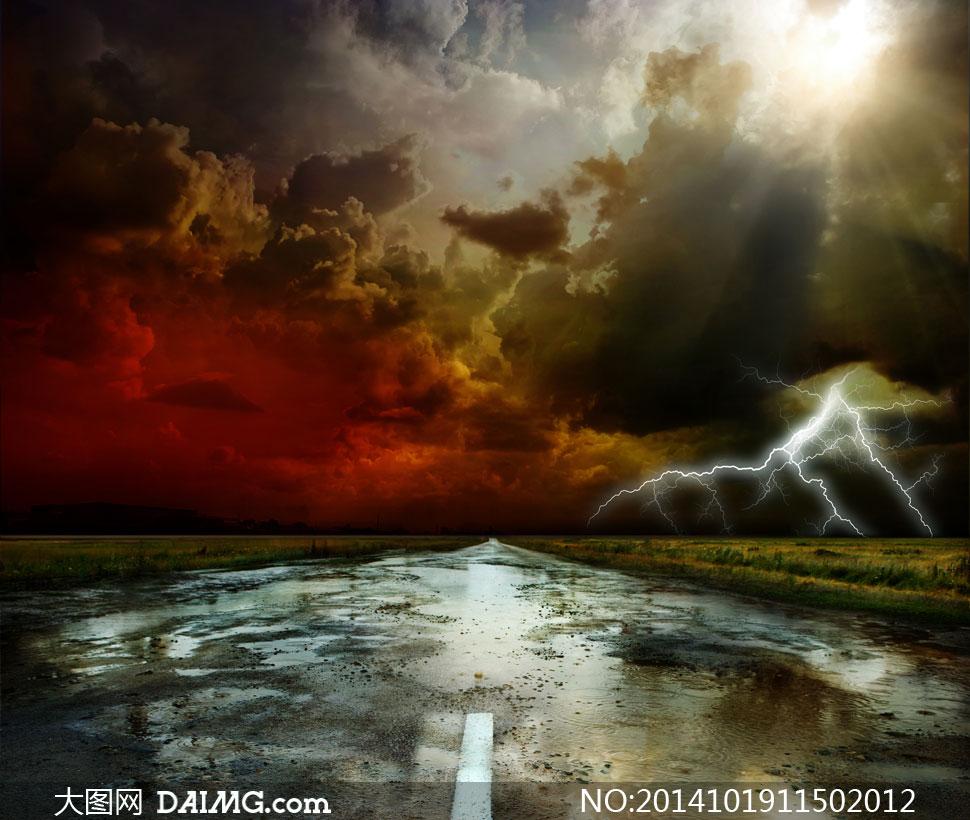 乌云闪电与有积水的路摄影高清图片