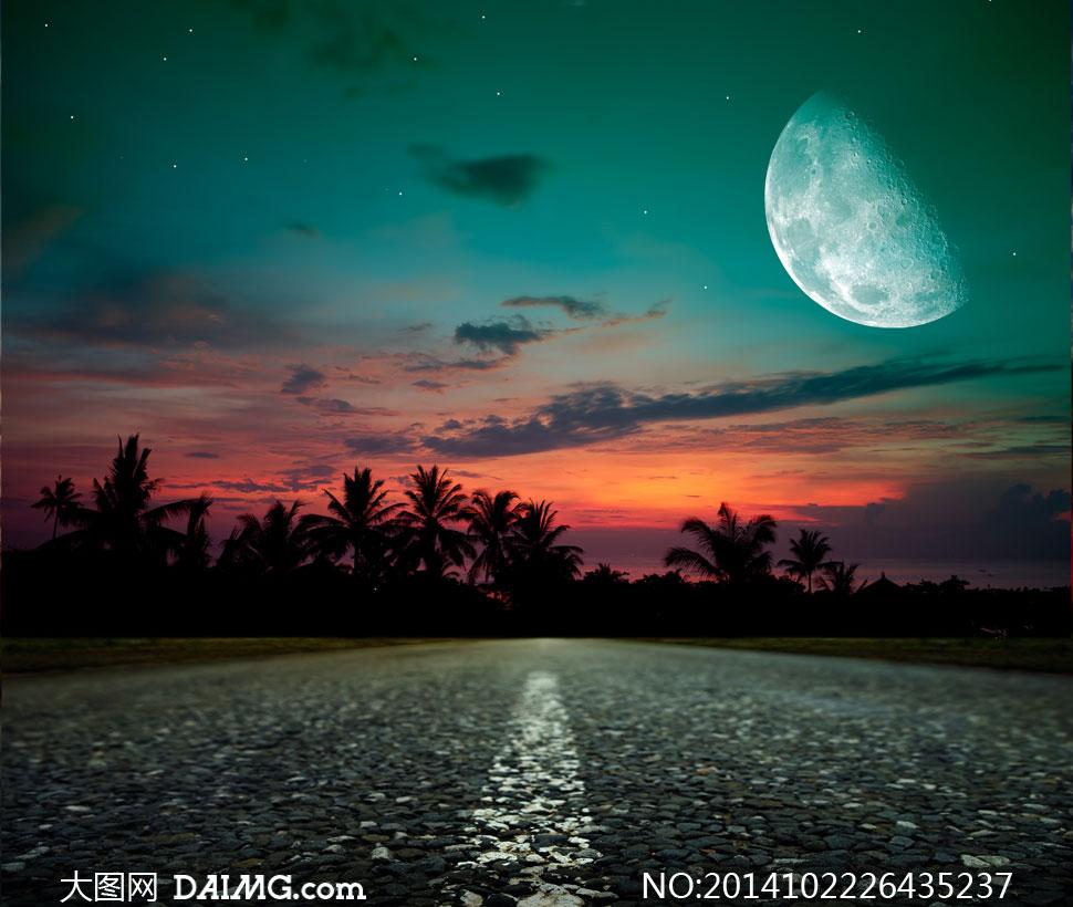 风光天空云彩云层多云道路公路路面标线月亮星星星空夜空树木剪影椰树图片