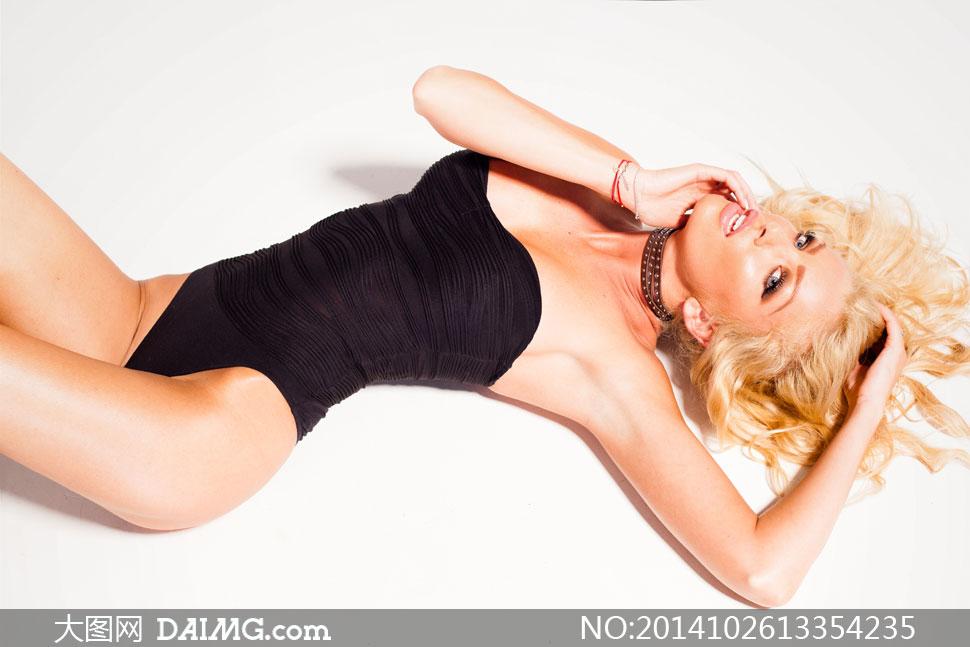 躺着的连体装内衣美女摄影高清图片