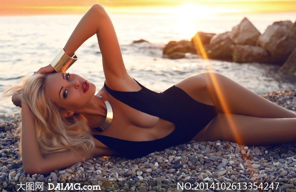 在海边上侧躺着的美女摄影高清图片