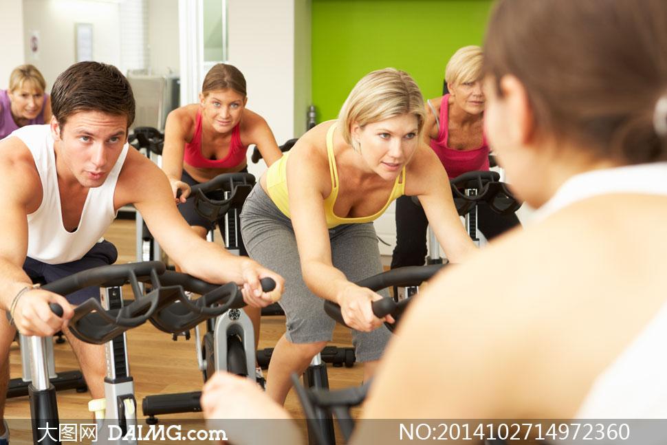 健身房里骑动感单车的美女高清图片