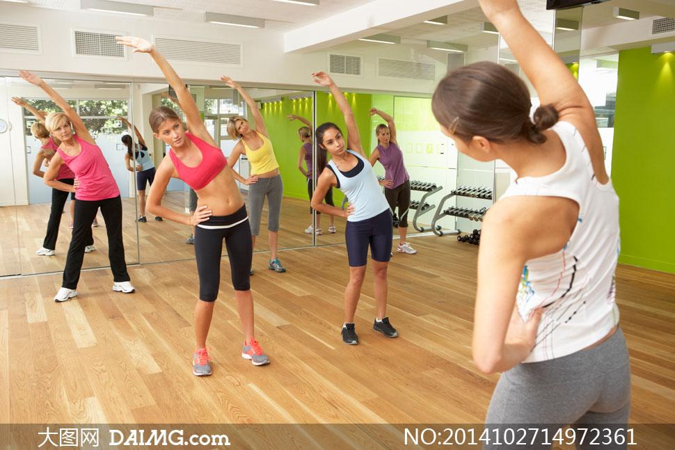 在做着健身操运动美女摄影高清图片