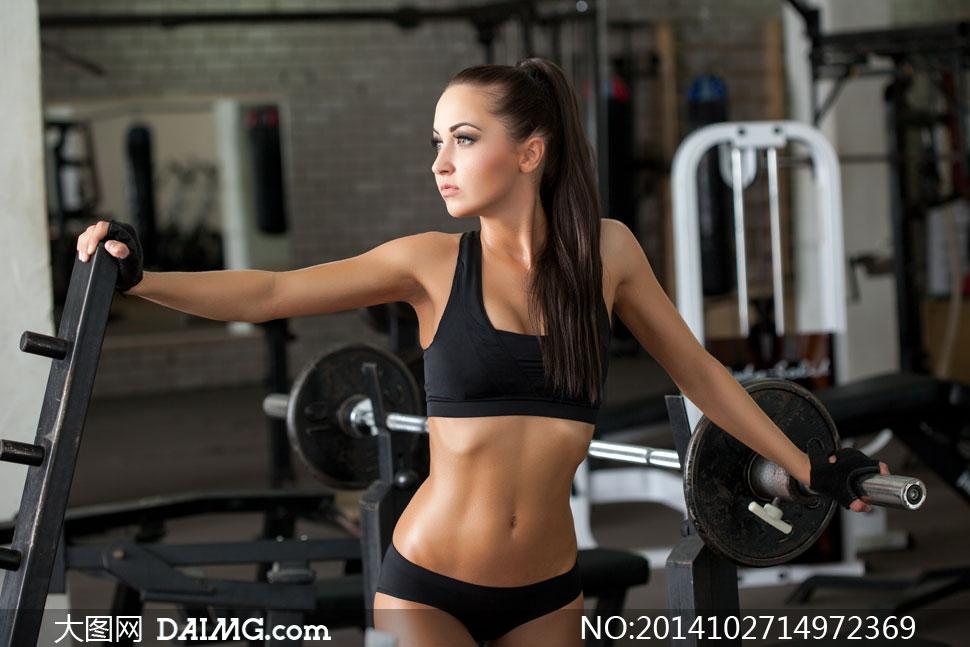 运动美女女人女性健身训练锻炼杠铃长发秀发文胸侧