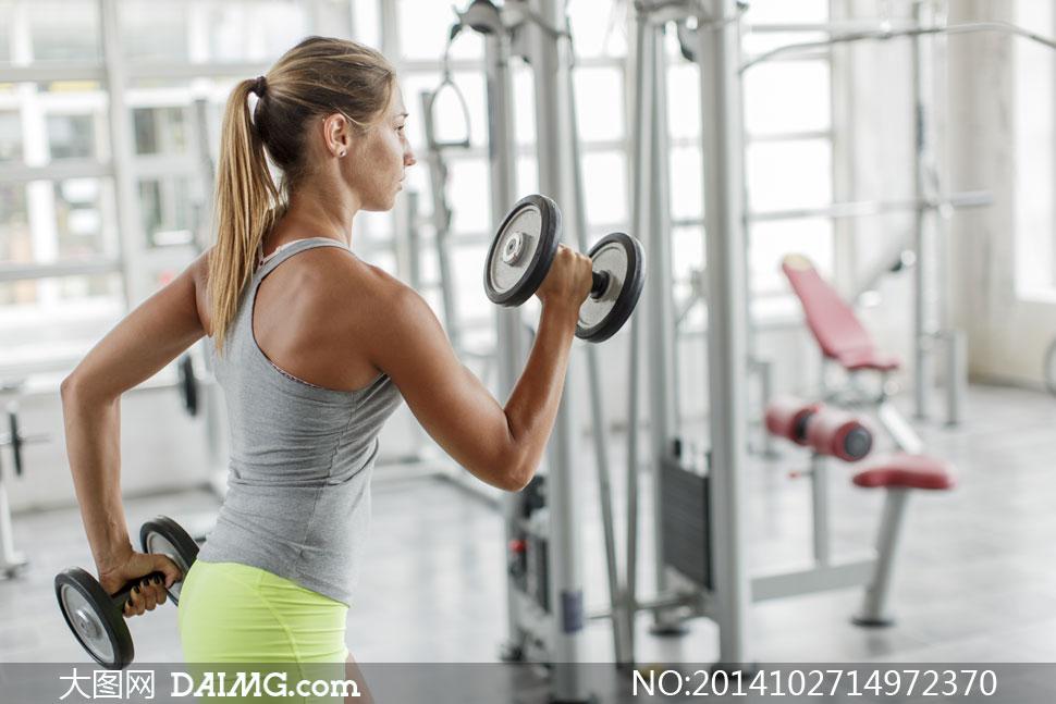 健身器材上干美女_人物体育运动美女女人女性健身训练锻炼哑铃背心器械区器材辫子侧面