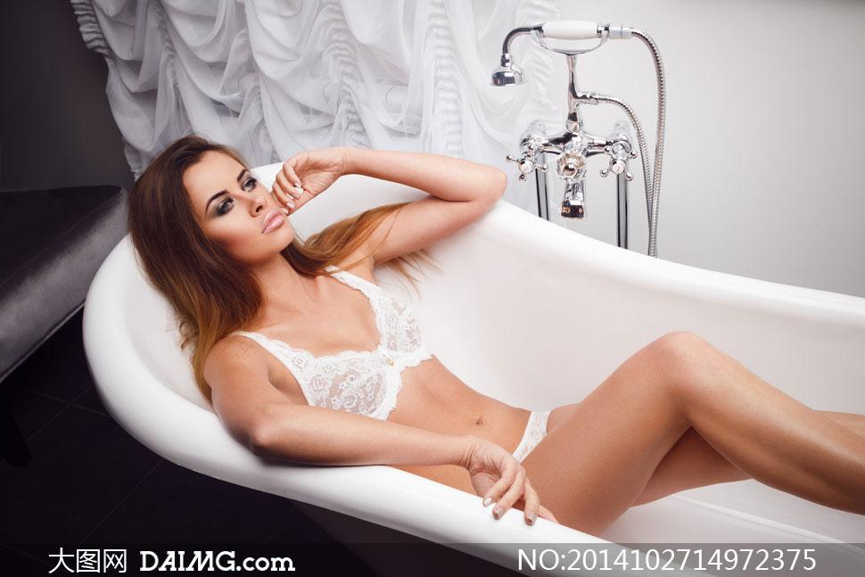 躺在浴缸里的蕾丝内衣美女高清图片