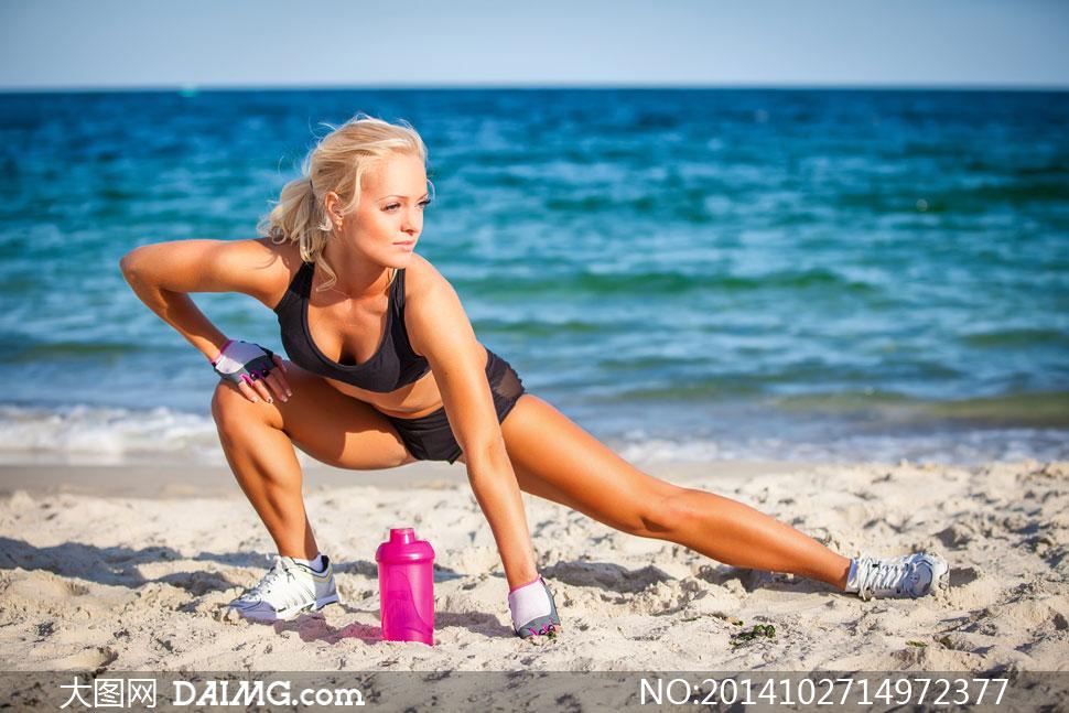 海滩上的运动装扮美女摄影高清图片