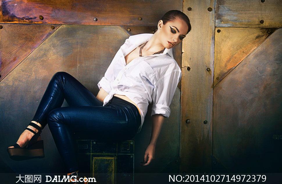 穿白衬衫深蓝色皮裤的美女图片高清图v衬衫美女图片