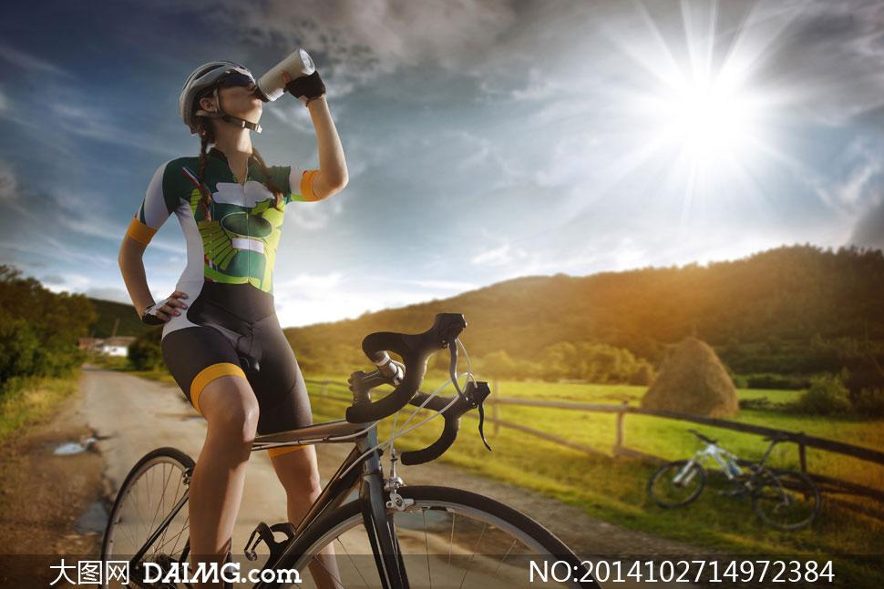 停下来喝水的自行车手摄影高清图片