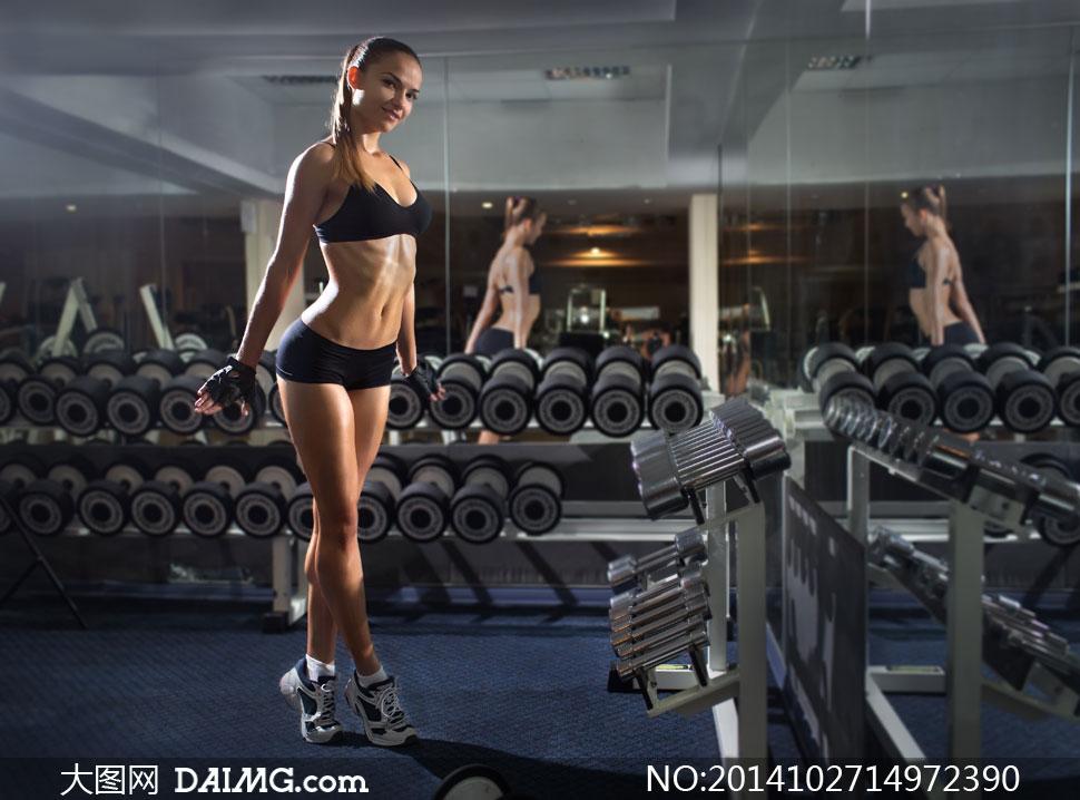 健身房里的美女与器材摄影高清图片