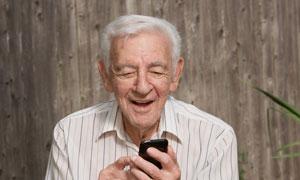 在擺弄手機的白發老人攝影高清圖片