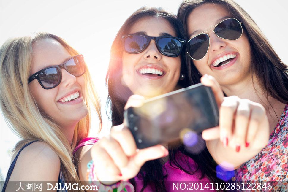 美女女人女性长发秀发笑容开心中分手机自拍拍照眼镜