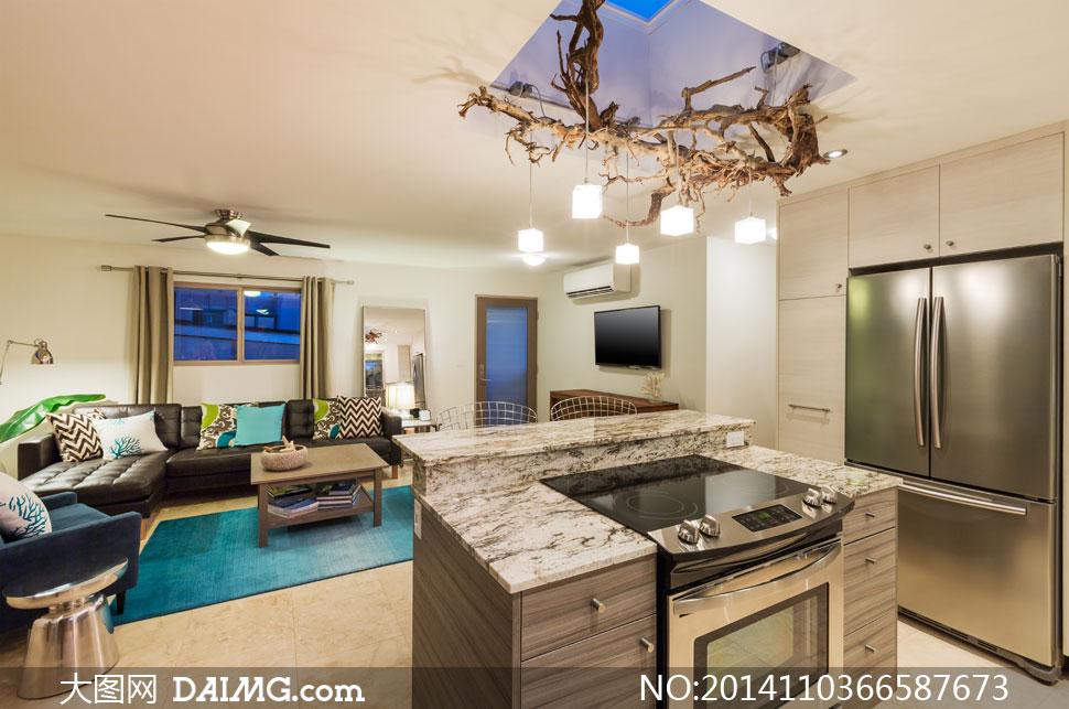 客厅沙发与厨房大冰箱摄影高清图片