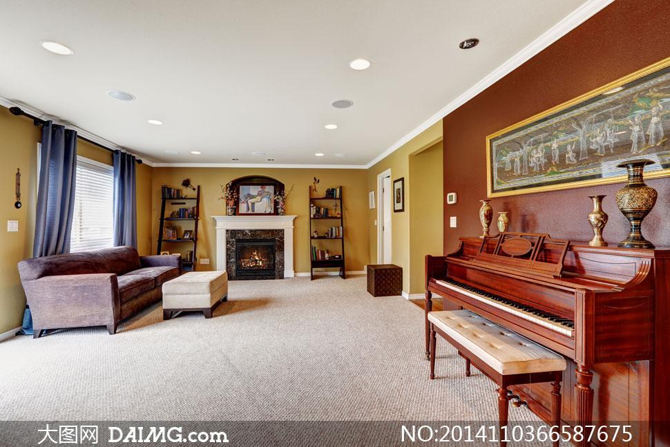 顶灯钢琴乐器欧式窗帘百叶窗沙发地毯陈列架壁炉客厅