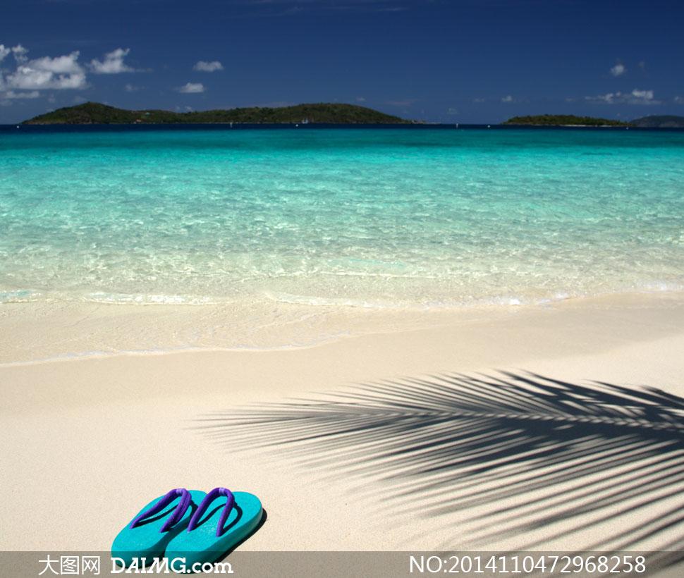 沙滩拖鞋与天边的白云摄影高清图片