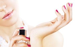 往手腕上喷香水的美女局部高清图片