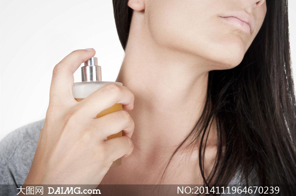 往脖颈上喷香水的美女局部高清图片