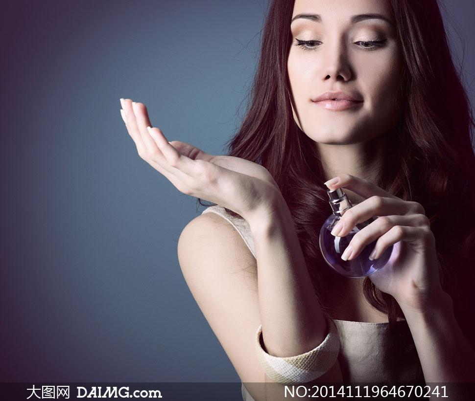 往胳膊上喷香水的美女摄影高清图片