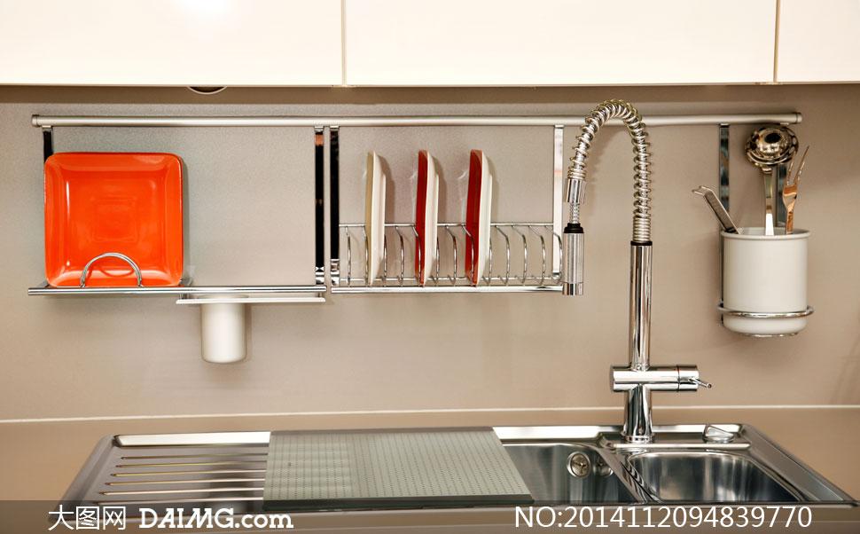 厨房里的碗碟架与水龙头等高清图片