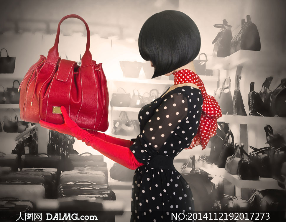 在选购包包的波点美女摄影高清图片