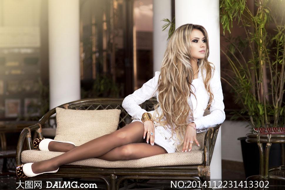 美女女人女性模特长发秀发卷发沙发藤编枕头植物侧面