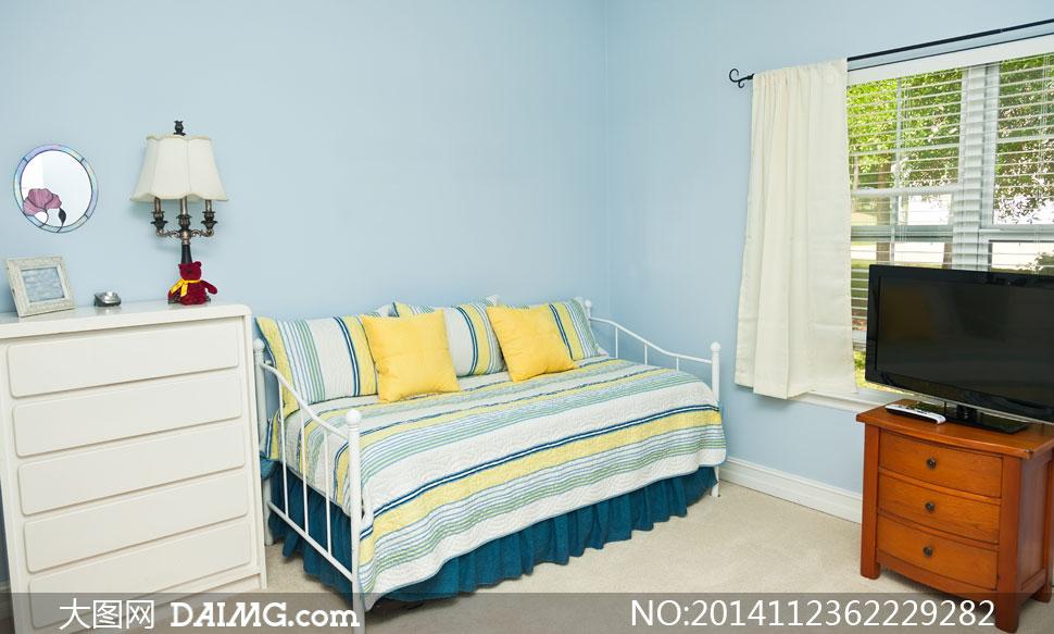 房间里的铁艺床与台灯摄影高清图片