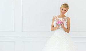 手里捧着花盆的新娘装美女高清图片