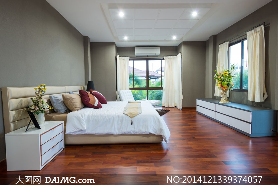 房间卧室空调窗户窗帘躺椅柜子木地板被子枕头花瓶插