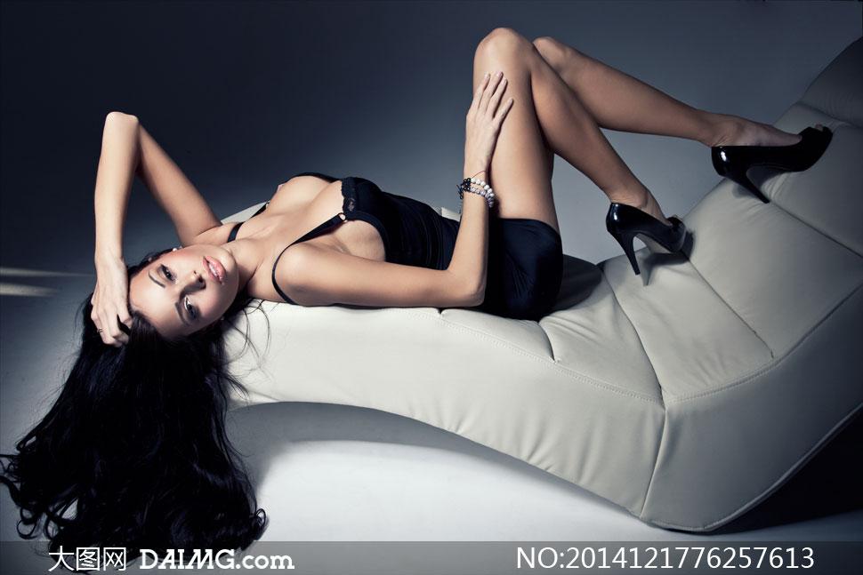 躺沙发椅上的黑发美女摄影高清图片 大图网设