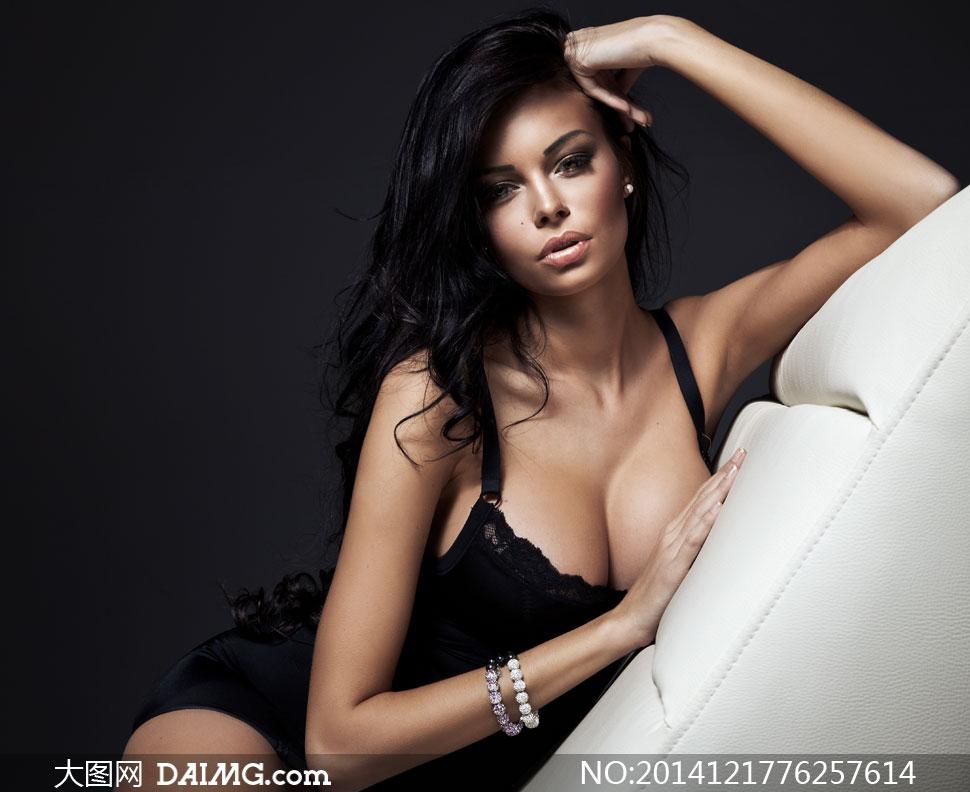 靠在沙发上的内衣美女摄影高清图片