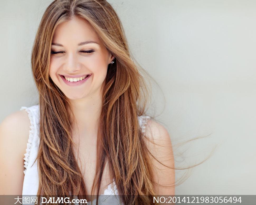 绽放开心笑容的披肩发美女高清图片 大图网设