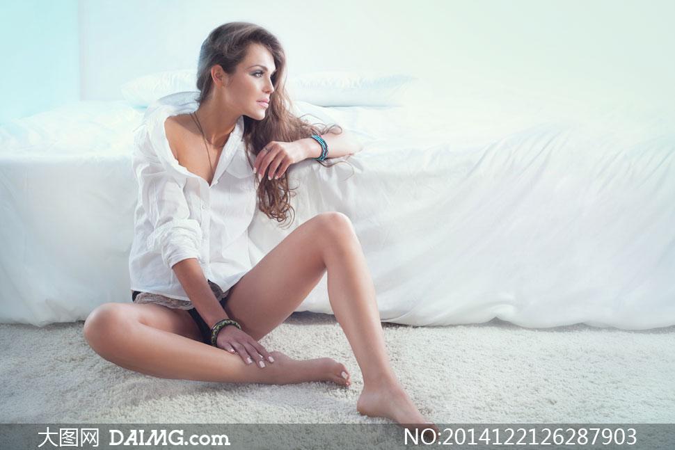 背靠床坐着的美女人物摄影高清图片