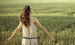 169pp美女图片网_张开双臂拥抱大自然的美女倩影图片