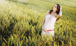手摸着腹部的孕妇人物摄影高清图片