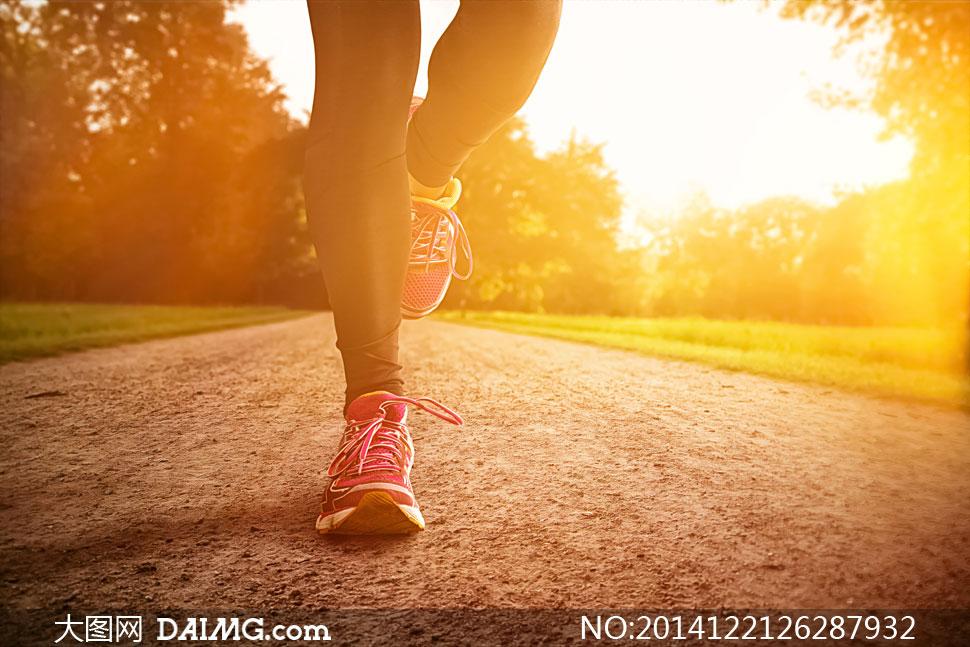跑步的美女局部逆光摄影高清图片