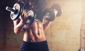 手里握着哑铃的肌肉女摄影高清图片