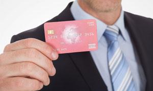 手里拿着银行卡的男人摄影高清图片