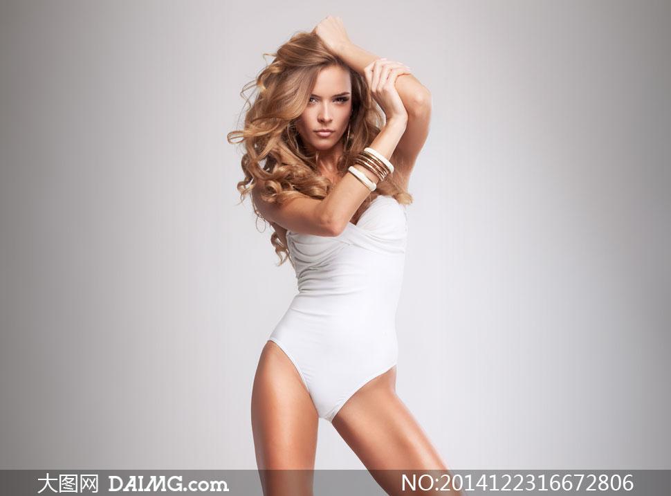 穿白色连体内衣的美女摄影高清图片