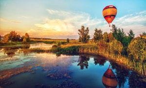 湖畔草丛与空中热气球摄影高清图片