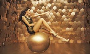 坐在金属球上来回晃的美女高清图片