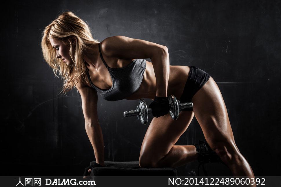 健美肌肉女写真_俯身做肌肉锻炼的美女摄影高清图片