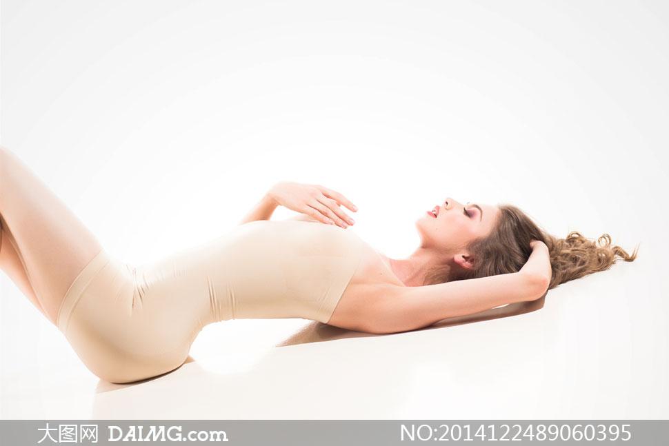 躺着的裸色内衣装美女摄影高清图片