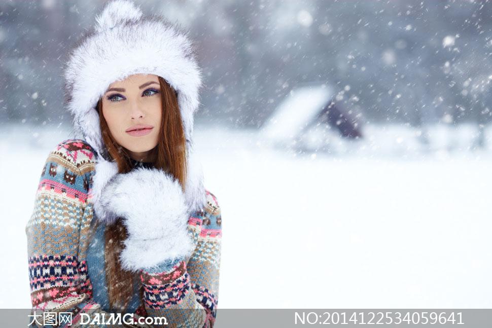 冬日雪景中的美女人物摄影高清图片