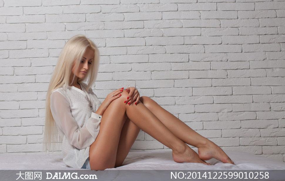 坐着的金色披肩发美女摄影高清图片 大图网设