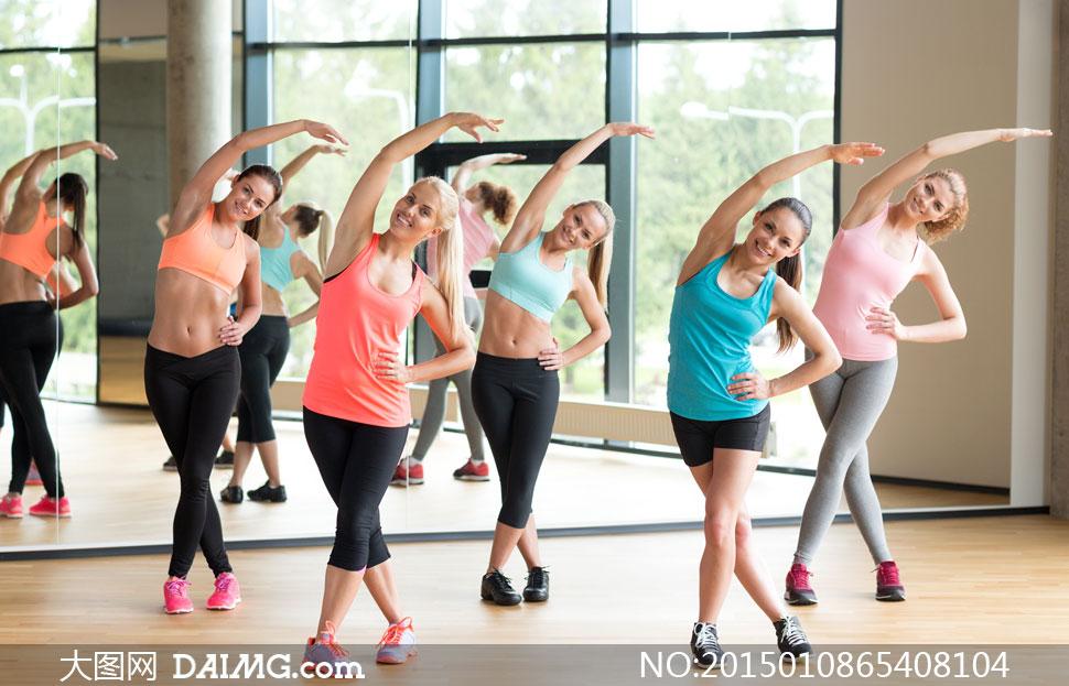 一起做健身操的美女们摄影高清图片