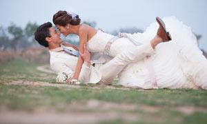 草地上外景婚纱人像摄影原片素材